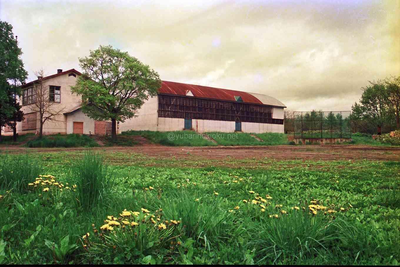 1990年旧清水沢小学校体育館と校庭