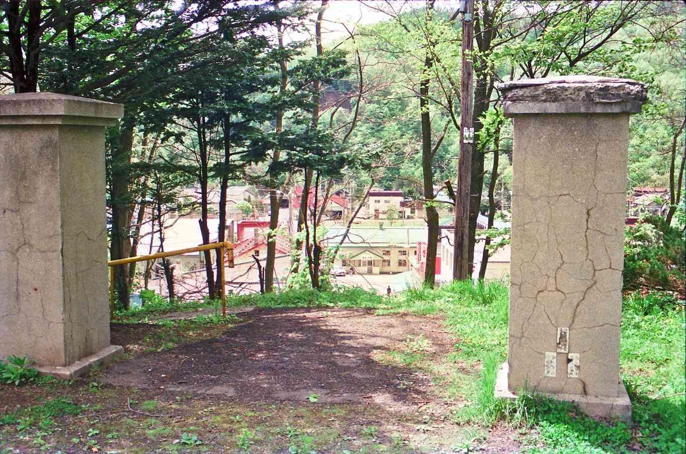 1990年旧清水沢小学校門柱のある場所から清水沢駅を見下ろす