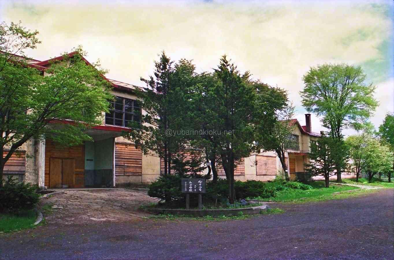 1990年旧清水沢小学校校舎と記念碑