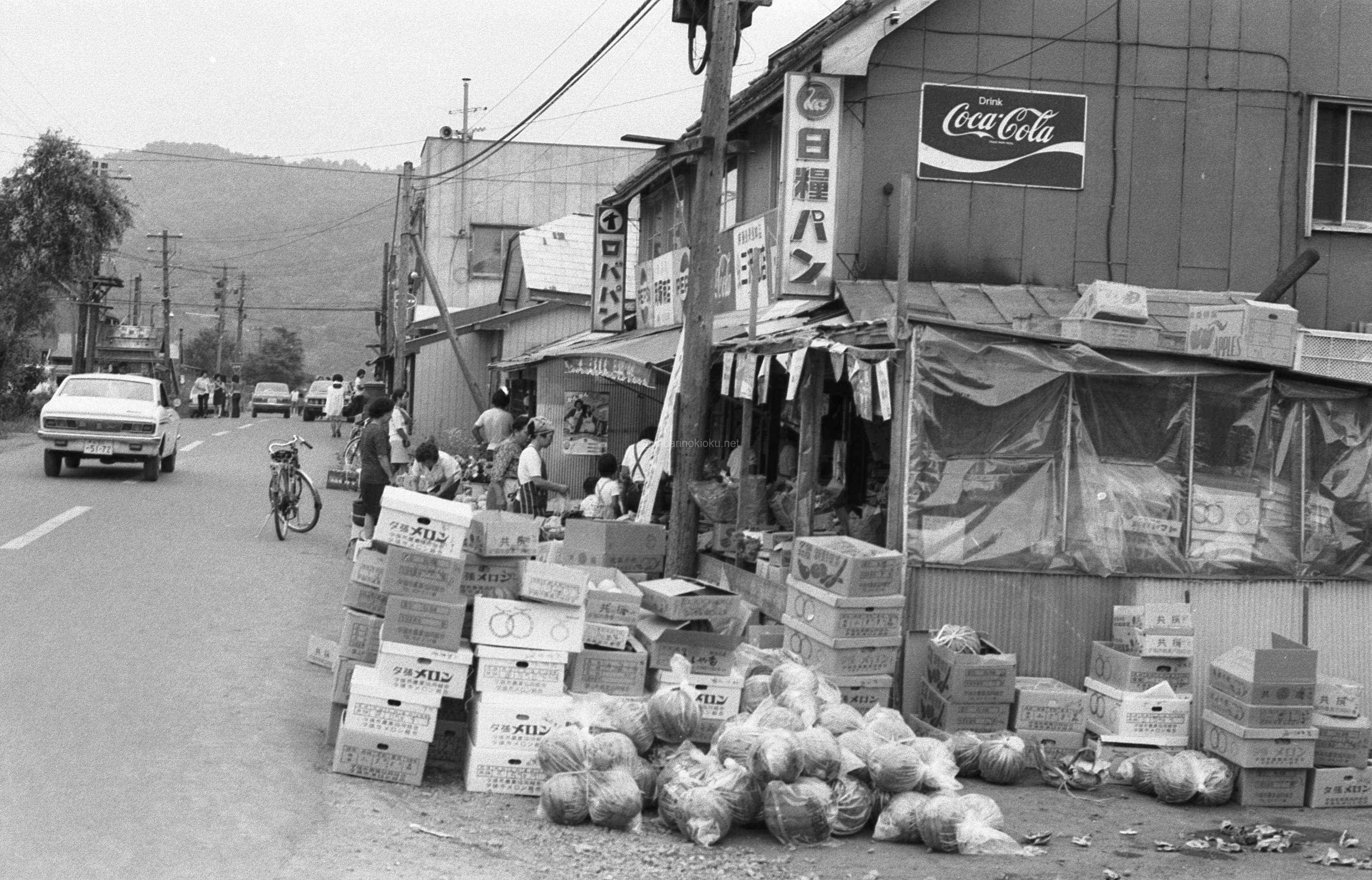 盛夏を過ぎた頃、スイカが山積みの三沢商店