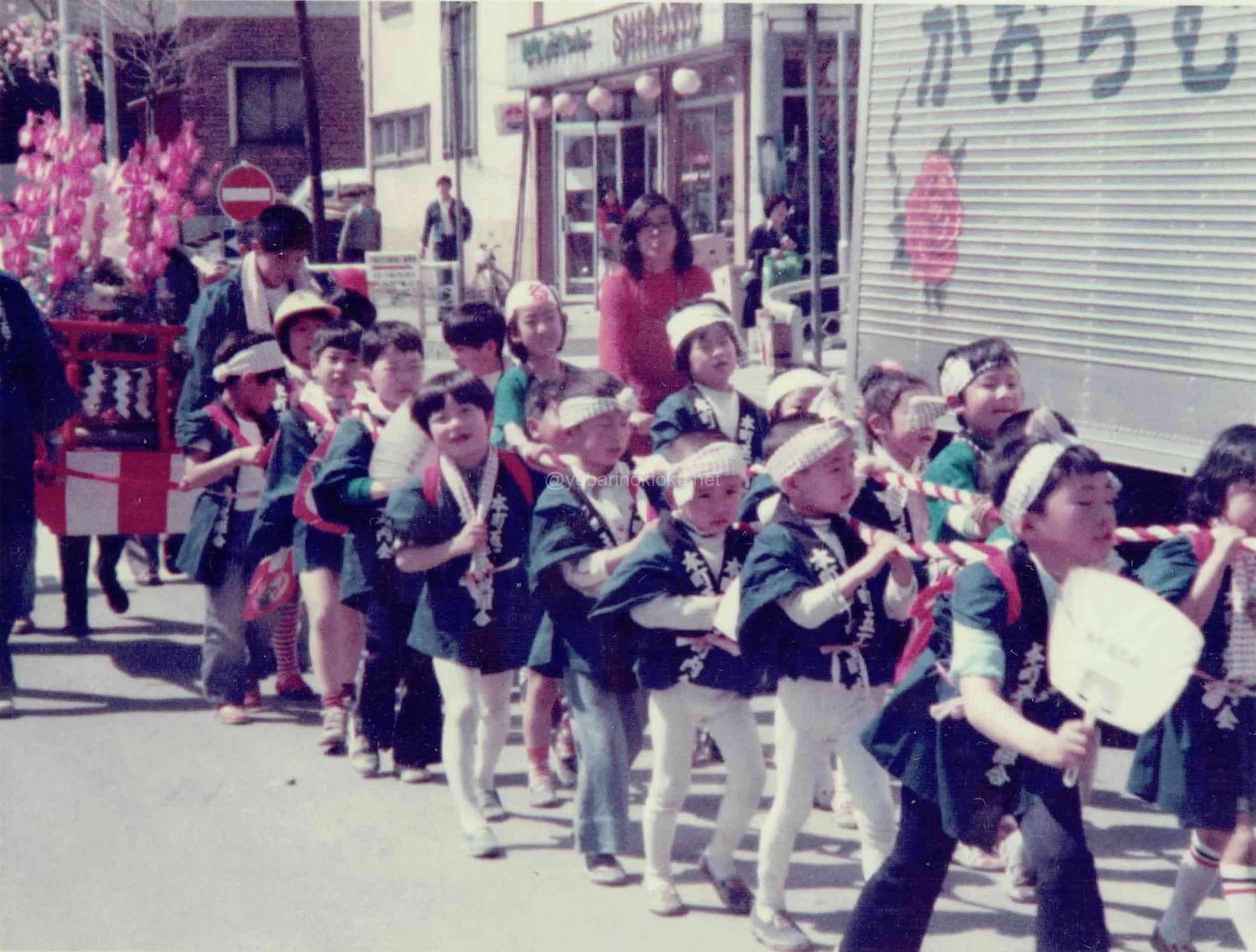 本町5丁目の子どもたちによる夕張神社樽みこし渡御